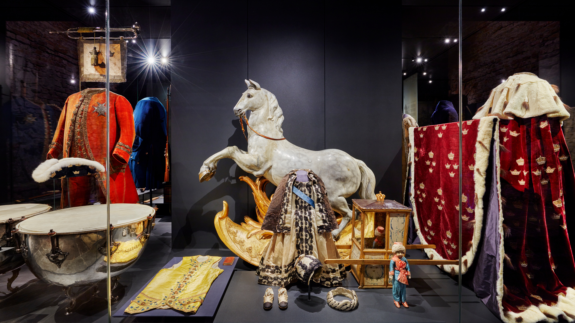 Museimonter på Livrustkammaren med kungliga leksaker.