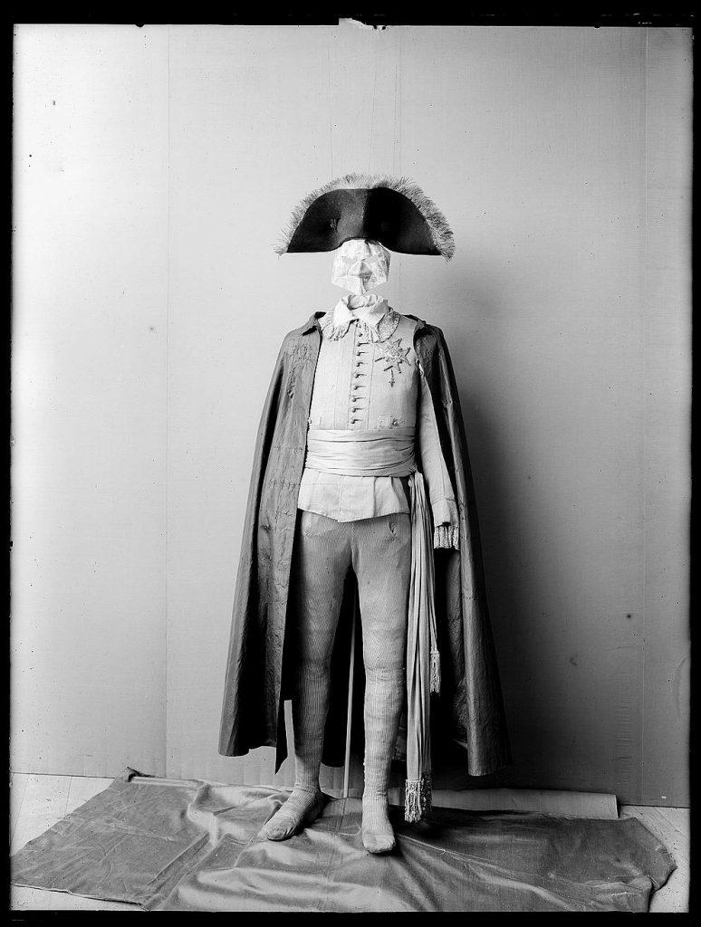 Svartvit foto av Gustav IIIs maskeraddräkt.