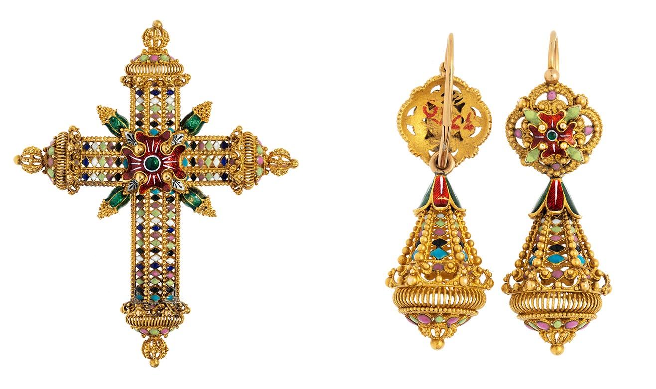 Guldsmycken, ett kors och två örhängen.