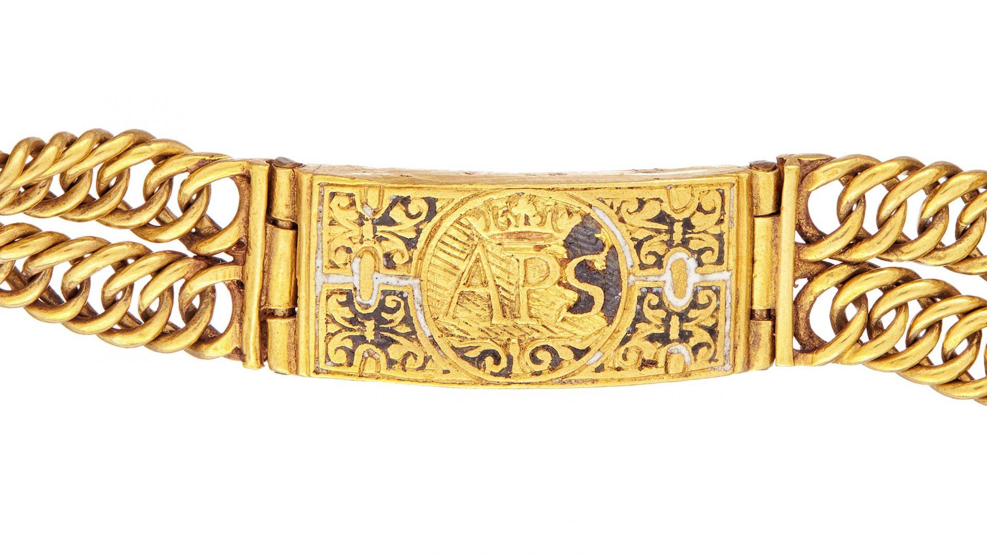 Närbild på ett gyllene armband.
