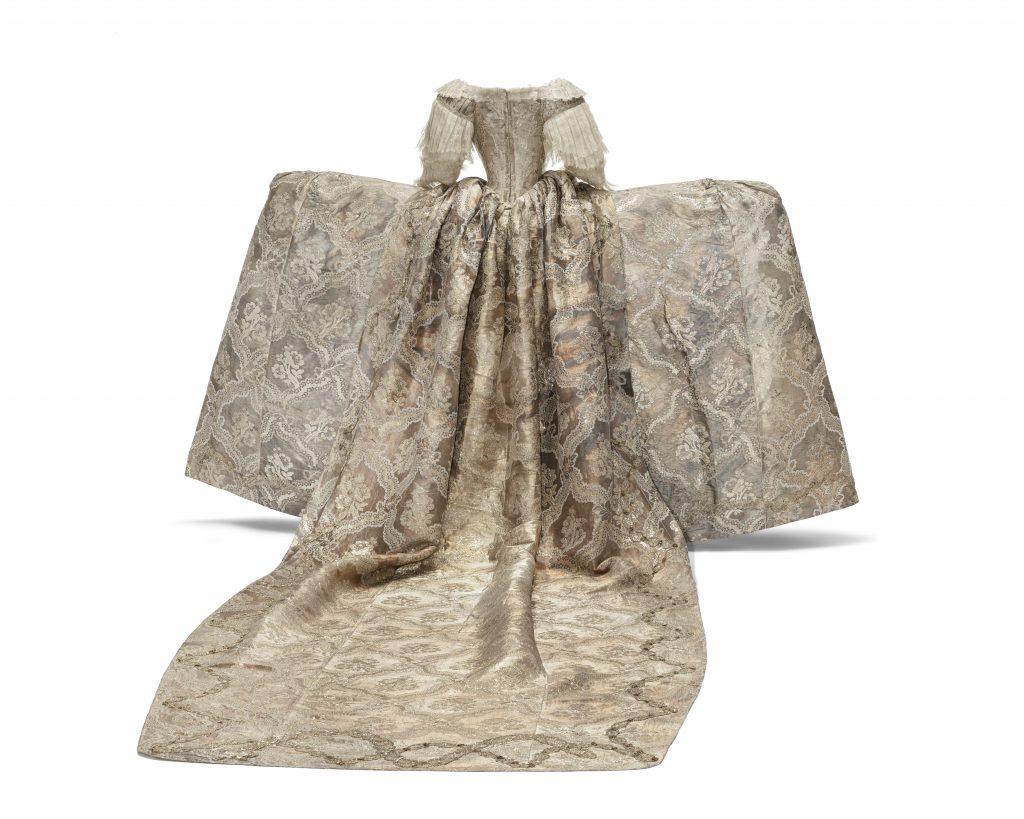 Silverklänningen bakifrån med ett långt släp.