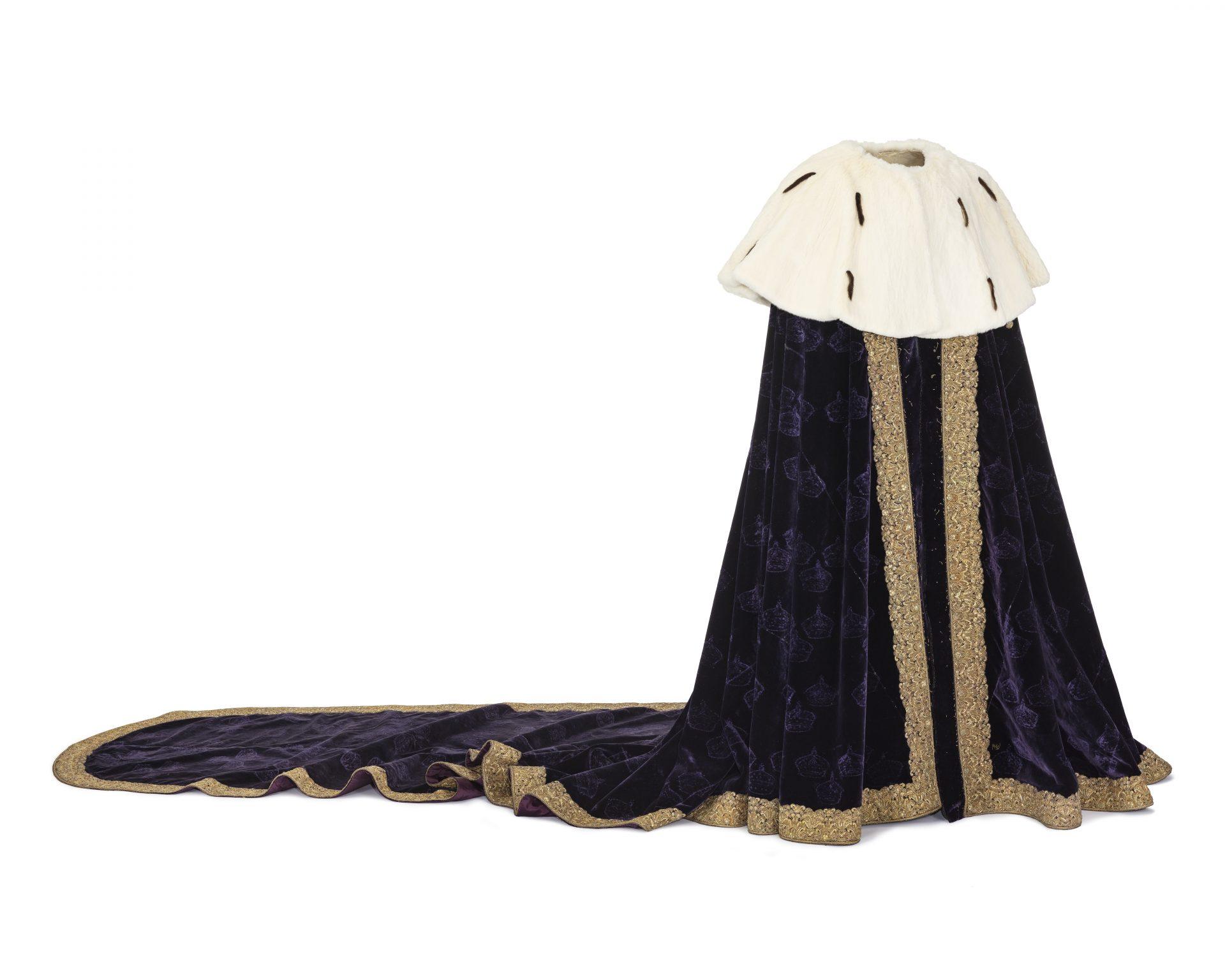Guldfållad midnattsblå mantel med vitt axelok.