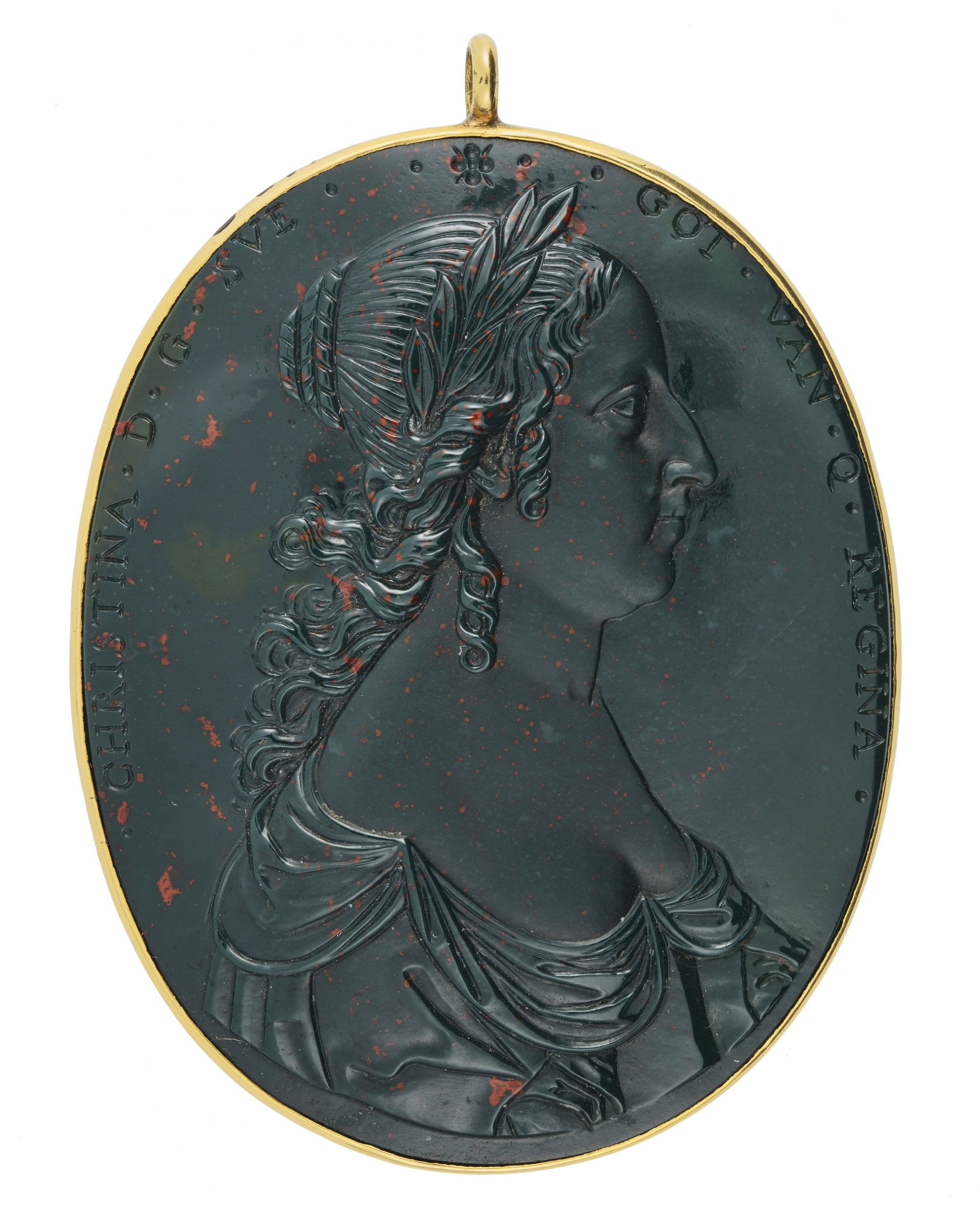 Smycke med profilporträtt av en kvinna. Relief i mörkgrön sten.