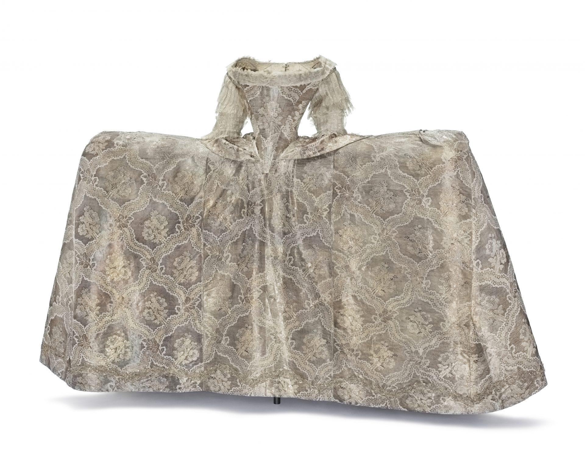 En klänning av silvertyg
