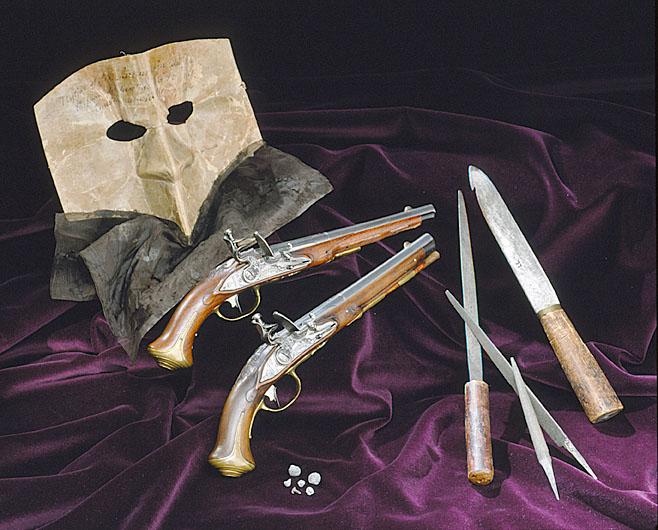 En mask, två pistoler och en kniv.