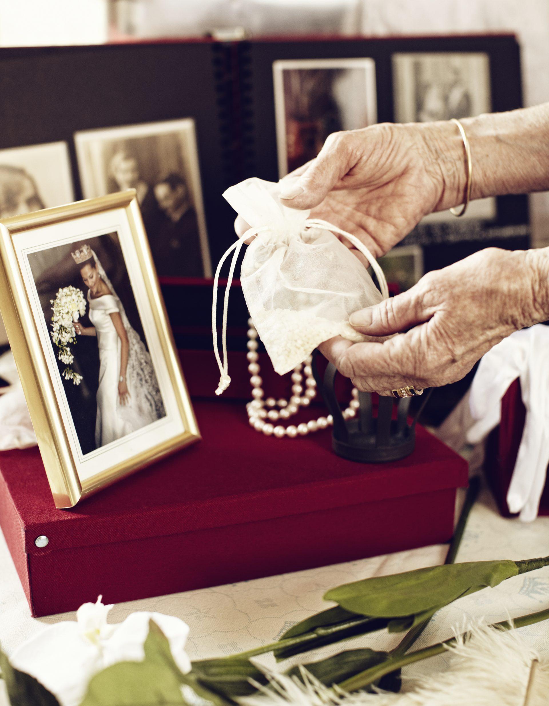 Två händer håller en påse med risgryn framför en bild av en brud i vit klänning.