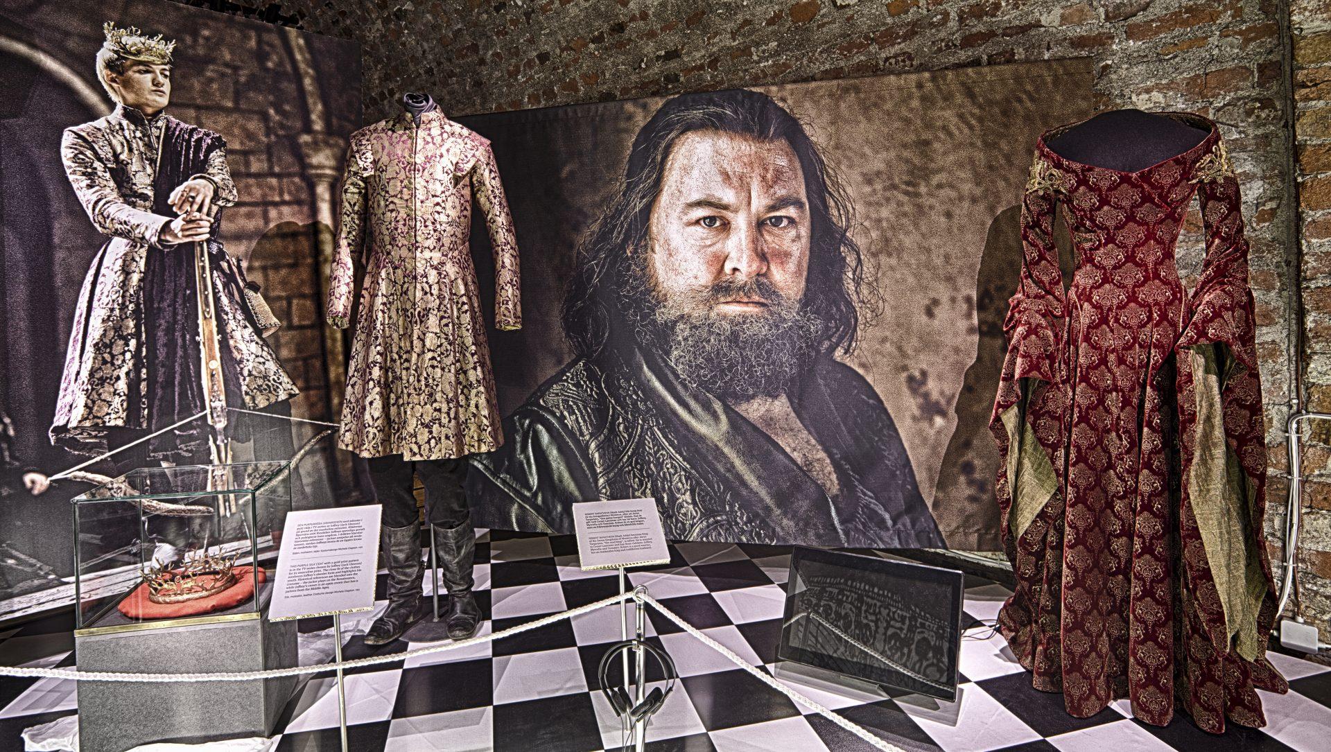 Dräkter från tv-serien Game of Thrones som visades i utställningen Maktspel