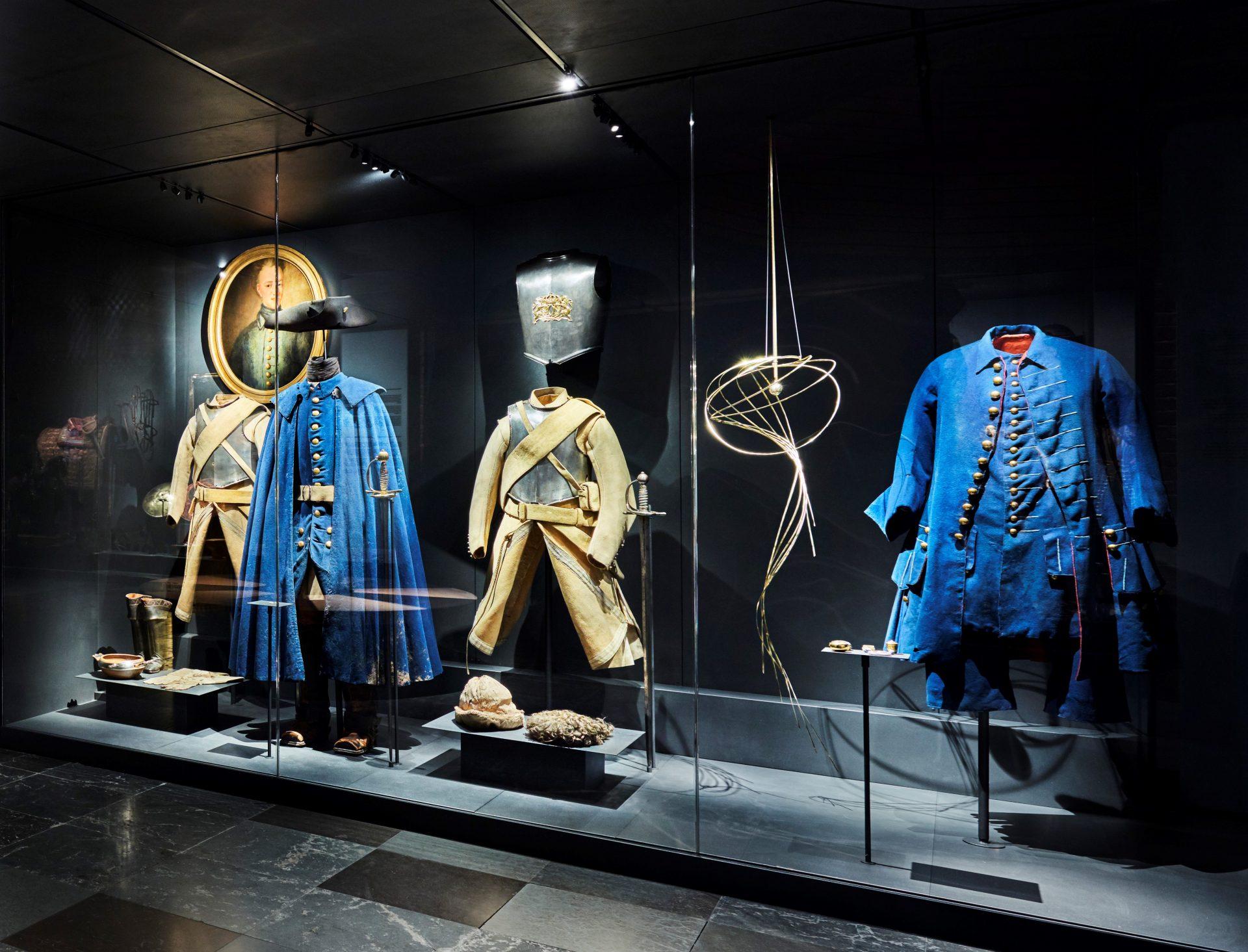 Kungliga dräkter i en monter på Livrustkammaren. Bland annat med Karl XII:s uniform.