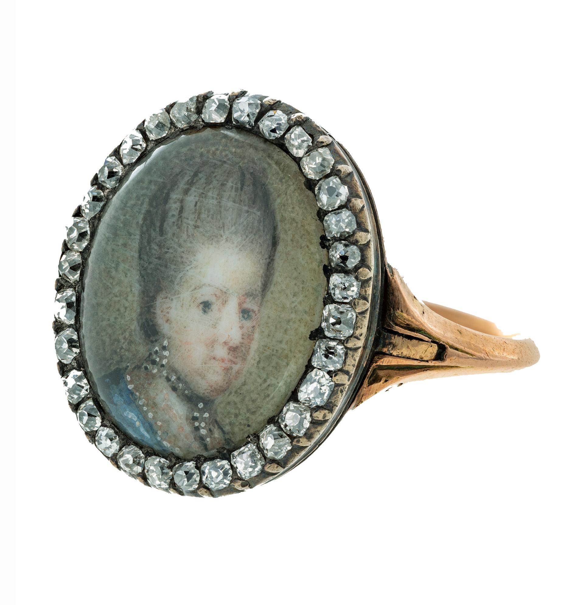 Porträttring med porträtt av Drottning Lovisa Ulrika i 1700tals kläder och frisyr.