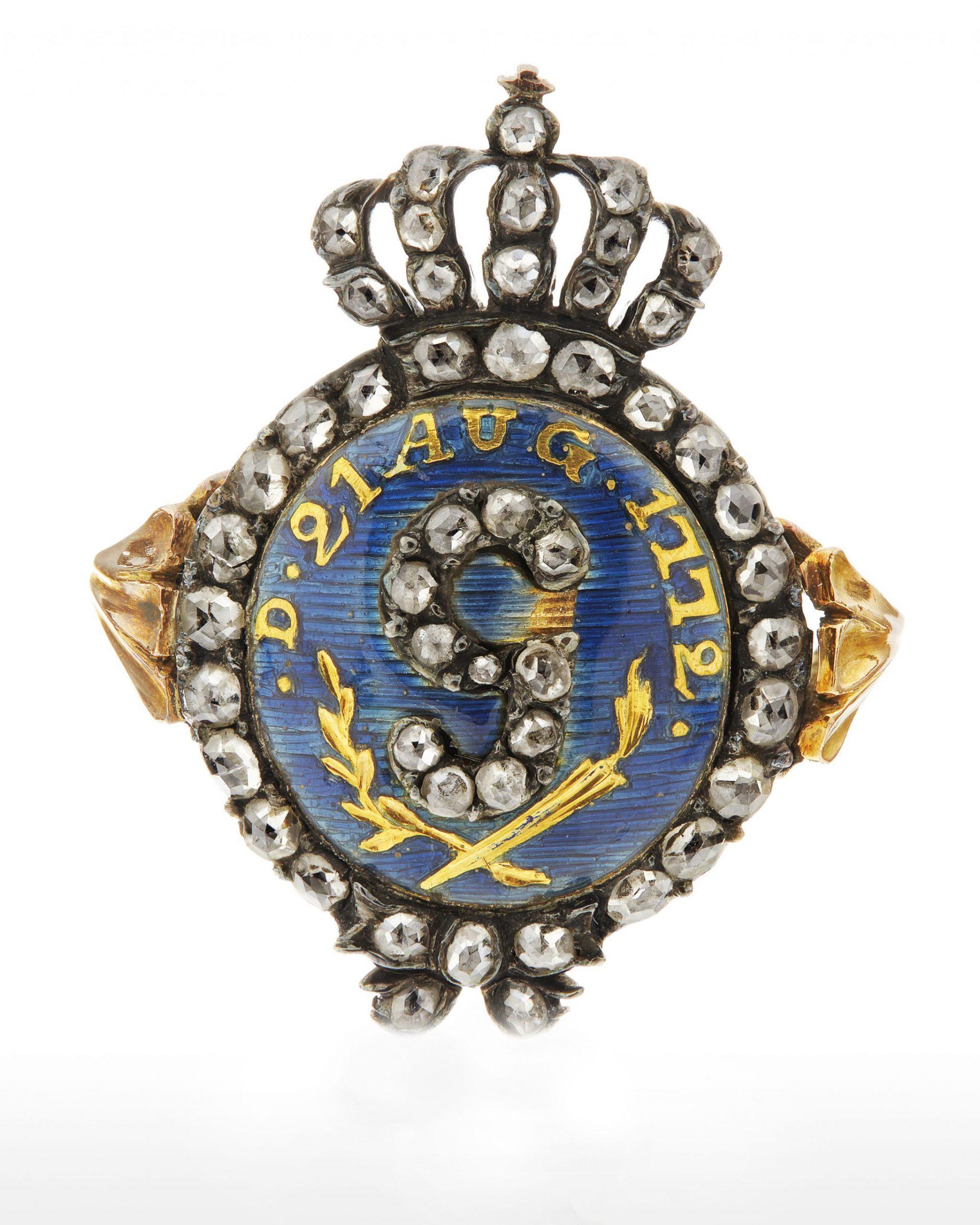Ring med kunglig krona, bokstaven g och datumet 21 aug 1772.