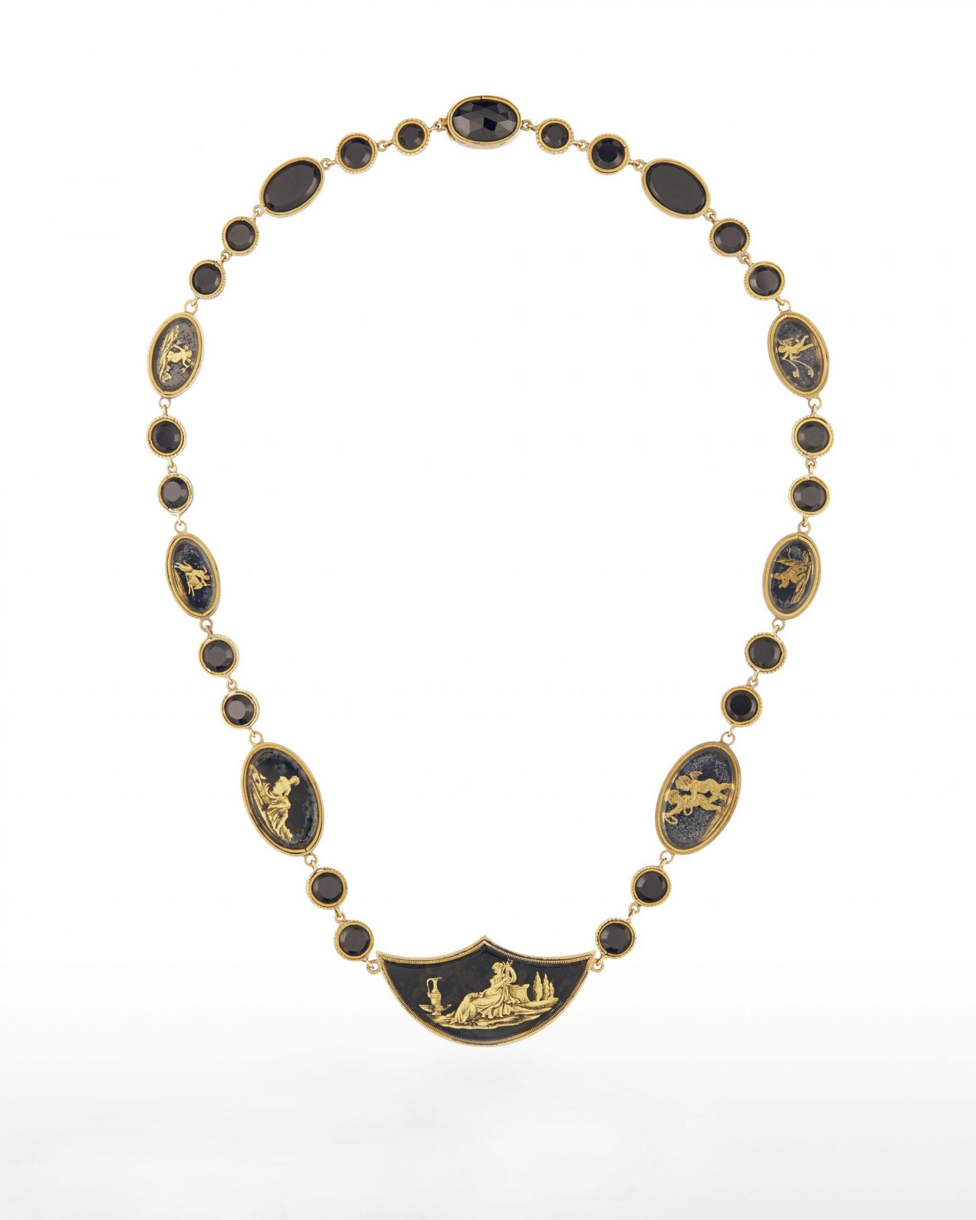 Halsband av flera sammanfogade medaljonger.