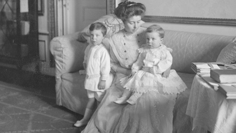 Kronprinsessan Margareta med två av sina barn.